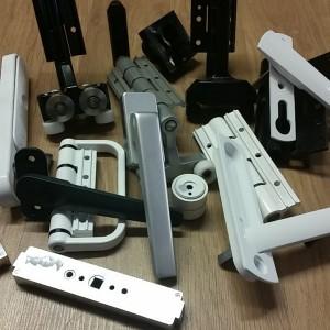 --Bifold hardware